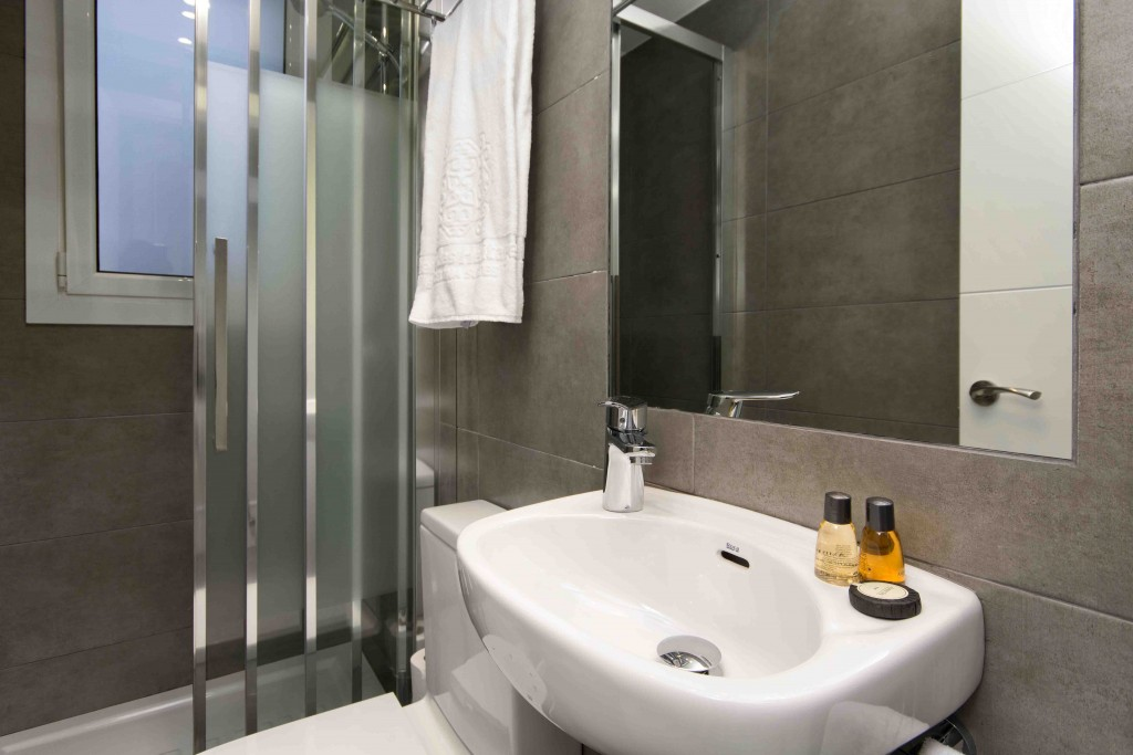 4 bedrooms for 8 persons – Luxury apartments in Barcelona bathroom