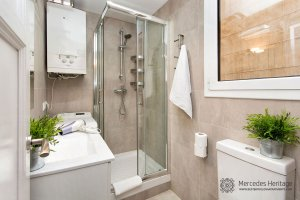 luxury apartment bathroom